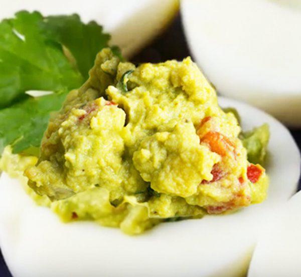 Gefüllte Guacamole-Eier